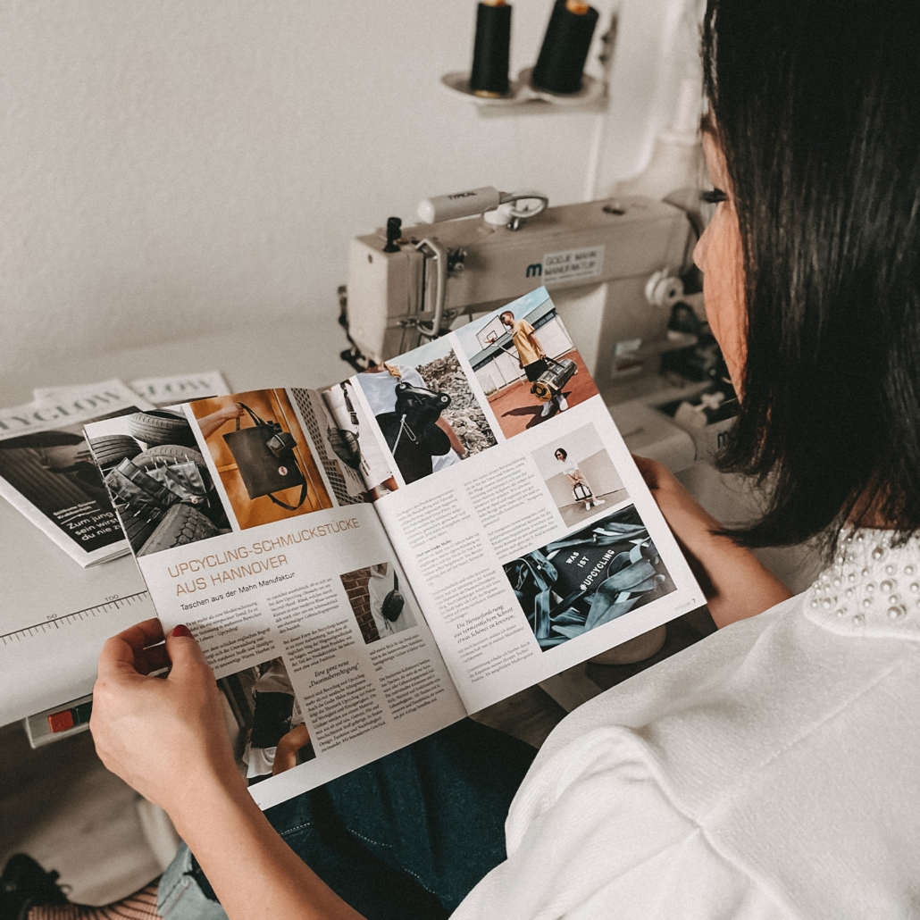 Godje Mahn liest den Interview Artikel im Cityglow Magazin